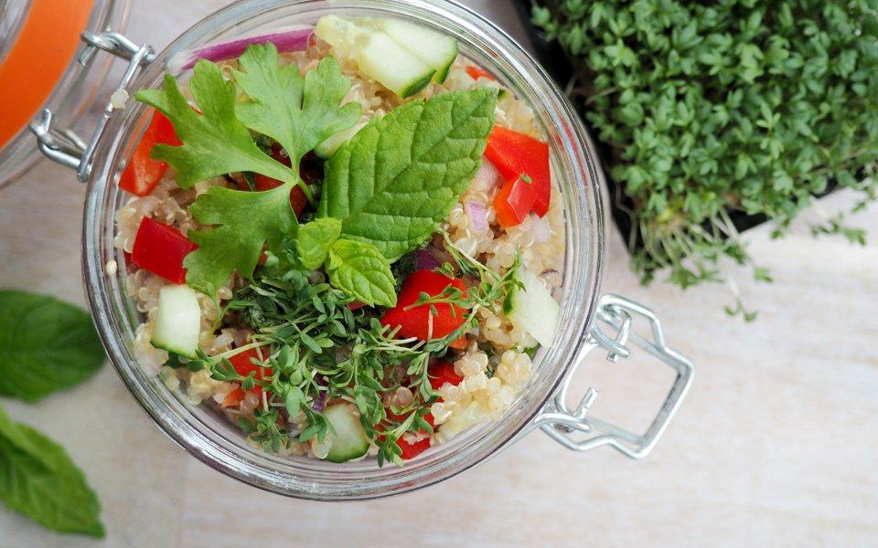 Quinoa-Salat mit Minz-Dip