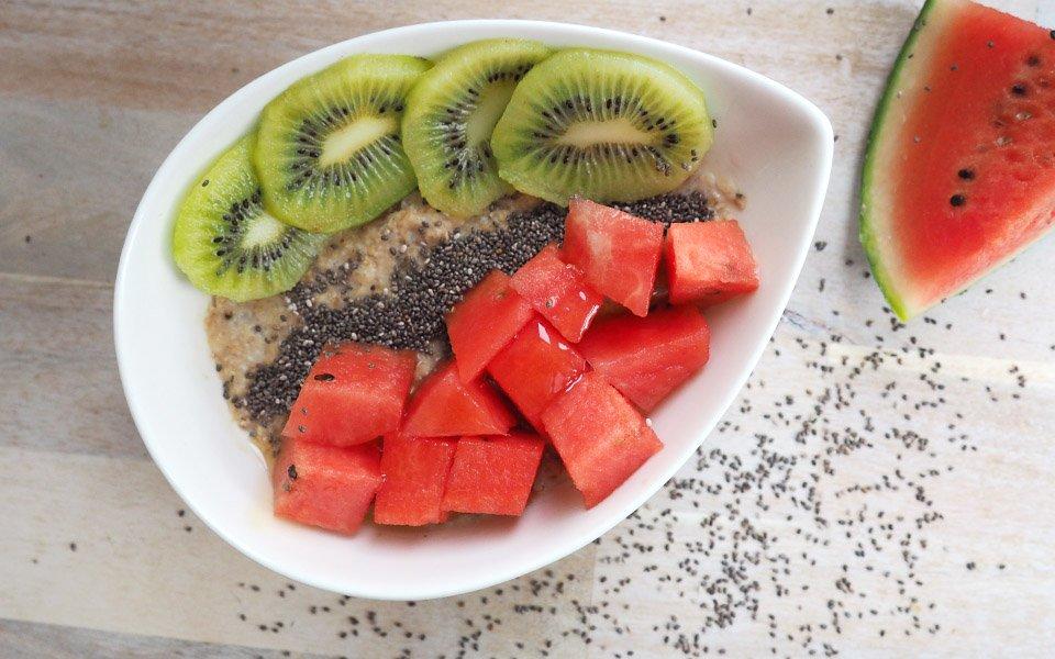 Porridge mit Melone und Chiasamen