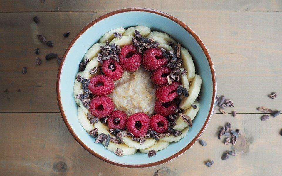 Porridge mit Reis-Kokosmilch, Banane und Beeren