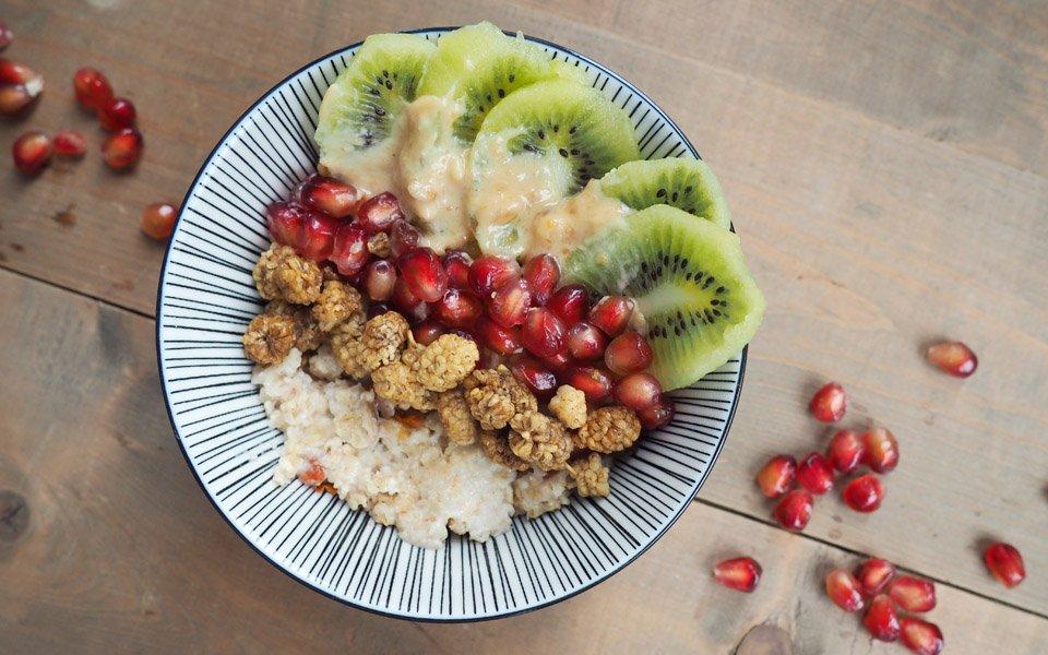Açaí & Goji Porridge mit Mandelmus und Granatapfelkernen