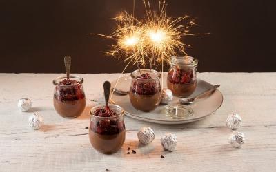 Vegane Mousse au Chocolat mit heißen Kirschen und Kakao-Nibs